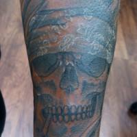 腕にバンダナを巻いたスカルのタトゥー01