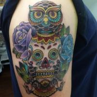 二の腕に彫られたスカルとフクロウとバラのタトゥー