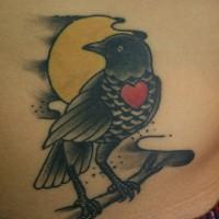 腹にハートをつけたカラスのタトゥー