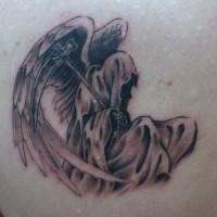 肩甲骨に羽の生えた死神のタトゥー
