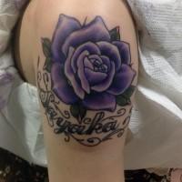 二の腕に紫のバラとレターのタトゥー