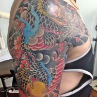 胸から腕に龍と桜と見切りの五分袖の刺青03
