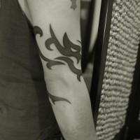 腕に巻いた龍(ドラゴン)のトライバルのタトゥー