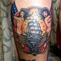 ふくらはぎに人魚とイギリスのアメリカ国旗と船のタトゥー