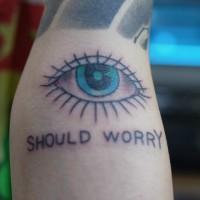 腕に目と文字のタトゥー
