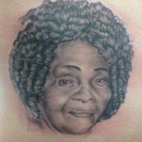 腹にリアルな女性のポートレイトのタトゥー