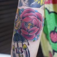 肘に鍵穴のあるバラのタトゥー